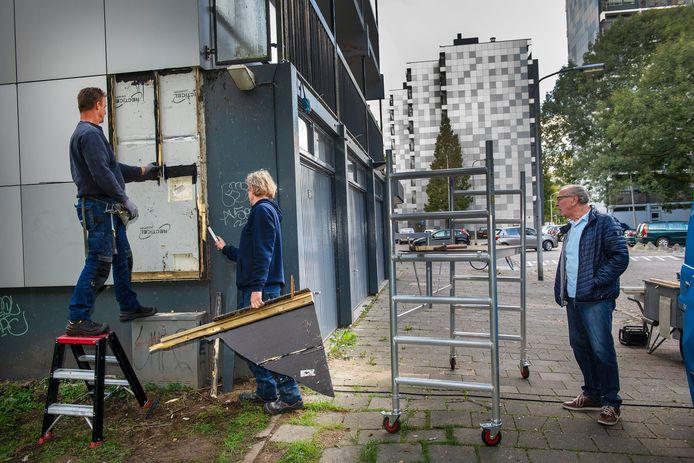 Het verwijderen van de isolerende laag gevelplaten moet de flat brandveiliger maken.