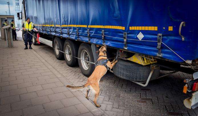 De marechaussee controleert vrachtwagens in Hoek van Holland op mensensmokkel.