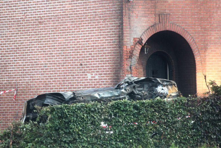 De wagen rolde tegen de gevel en vloog in brand.