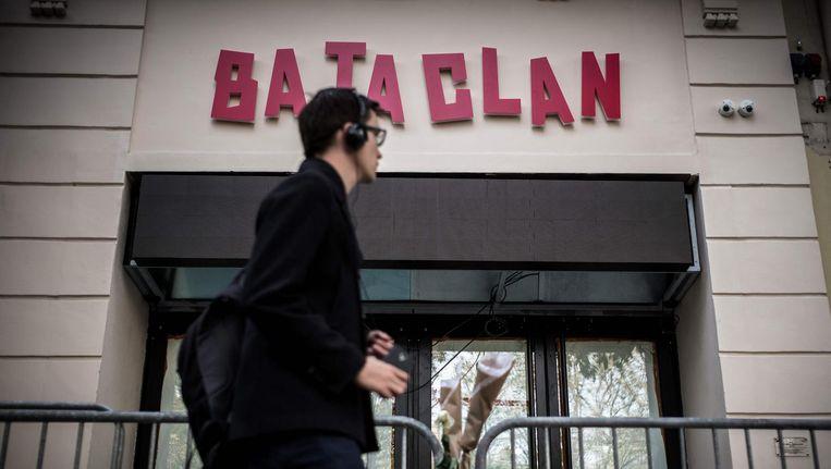 Een man loopt voorbij concertzaal Bataclan in Parijs. Beeld afp