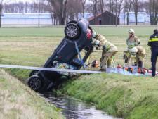 Vrouw bekneld nadat auto rechtop in sloot belandt bij Rutten