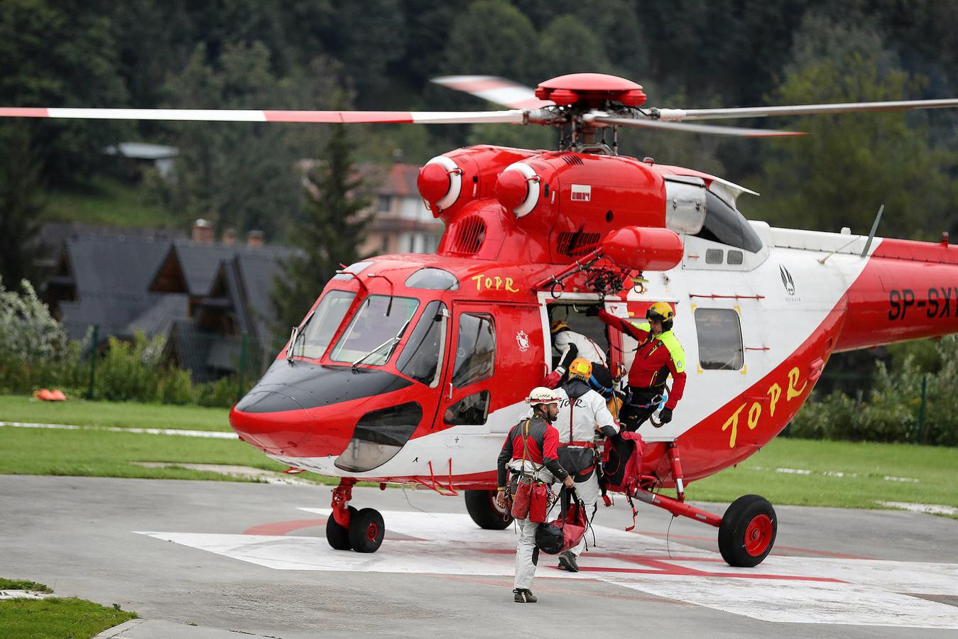 Reddingswerkers gaan aan boord van een helikopter, op weg naar het gebergte.