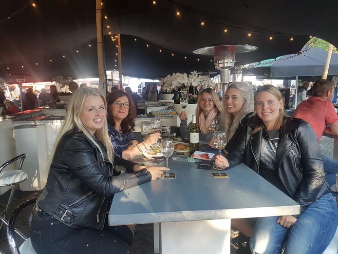 Livera-collega's Lisan, Nicole, Magda, Jasmijn en Erika genieten van In de Smaak in Raalte 1.