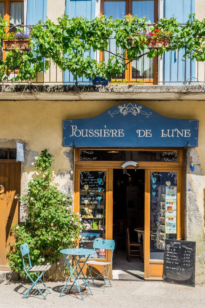 Een buurtwinkel met sfeervol zitje in het dorp La Motte-Chalacon.