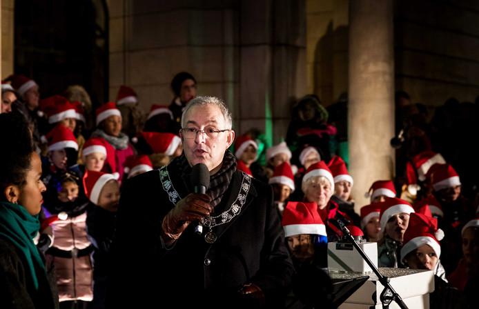 Burgemeester Ahmed Aboutaleb ontstak de lichtjes van de kerstboom voor het Rotterdamse stadhuis.