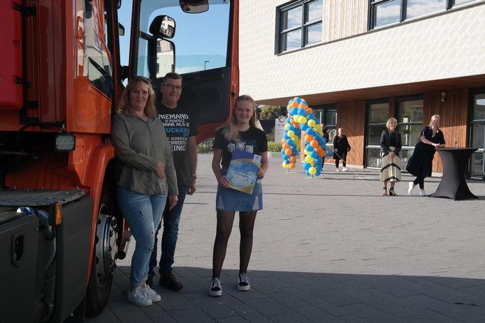 Het Agnieten College in Nieuwleusen hield een drive-in diploma-uitreiking. Op de foto eindexamenkandidate Tessa Hoxe met haar ouders.
