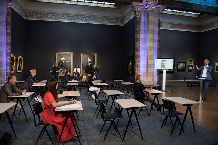 De eindexamen Geschiedenis Quiz met Jeroen Pauw (rechts) in het Rijksmuseum.  Beeld Frank Hoyinck