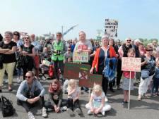 Honderden demonstranten tegen komst distributiecentrum in natuurgebied