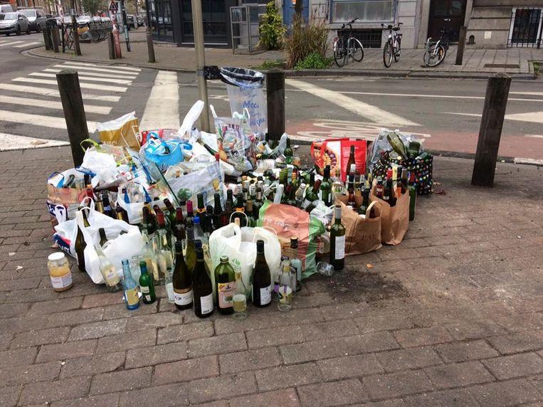 De containers zijn weg en dus zetten mensen hun lege flessen dan maar op de plaats waar de container stond.