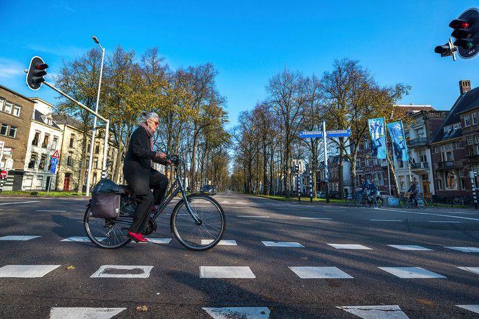 Een fietser steekt de Maliebaan over.