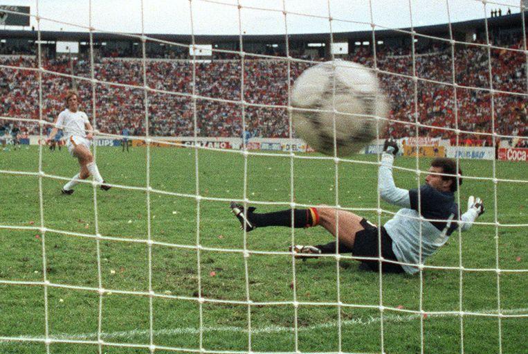 België wint van Spanje na strafschoppen in de kwartfinales van het WK. Leo Van der Elst trapt de beslissende penalty binnen.