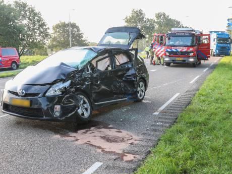 Vrachtwagen ramt auto op kruising in Emmeloord: één gewonde