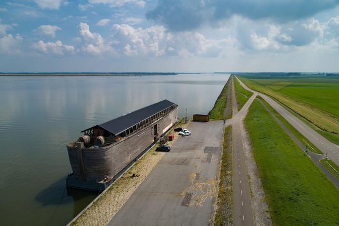 De Verhalenark (Ark van Noach) ligt in het Ketelmeer aan de dijk tussen de Ketelbrug en Ketelhaven.