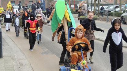 Leerlingen Wilgenduin organiseren eigen stoet