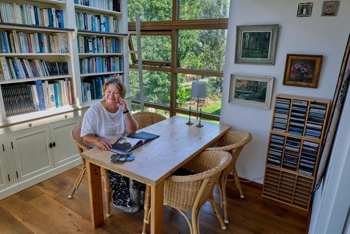 Marianne Mulders in de 'bibliotheek'. Vanuit de serre heb je prachtig uitzicht over de polders.
