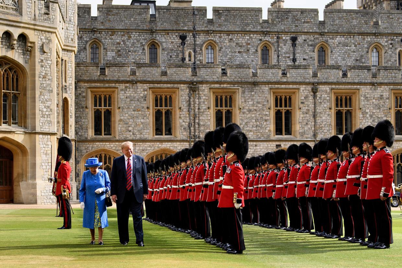 President Trump inspecteert samen met koningin Elisabeth de koninklijke garde
