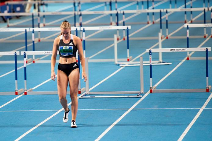 Eefje Boons druipt gedesillusioneerd af nadat ze in de finale van de 60 meter horden geblesseerd is geraakt.