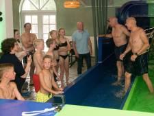Nick (8) racet op schouders en hakken tegen tweelingbroer Sven op 'vette' nieuwe glijbaan van De Eemhof in Zeewolde