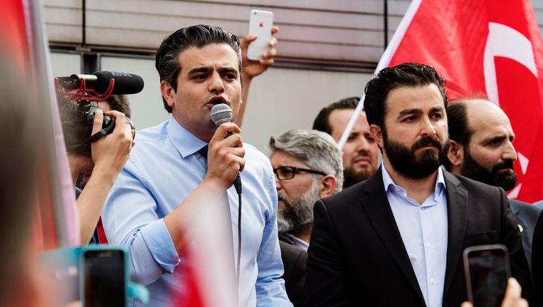 Fractievoorzitter van Denk Tunahan Kuzu (L) spreekt voor Nederlandse Turken die zich in Rotterdam hebben verzameld om te betogen tegen de mislukte staatsgreep in Turkije. Beeld anp