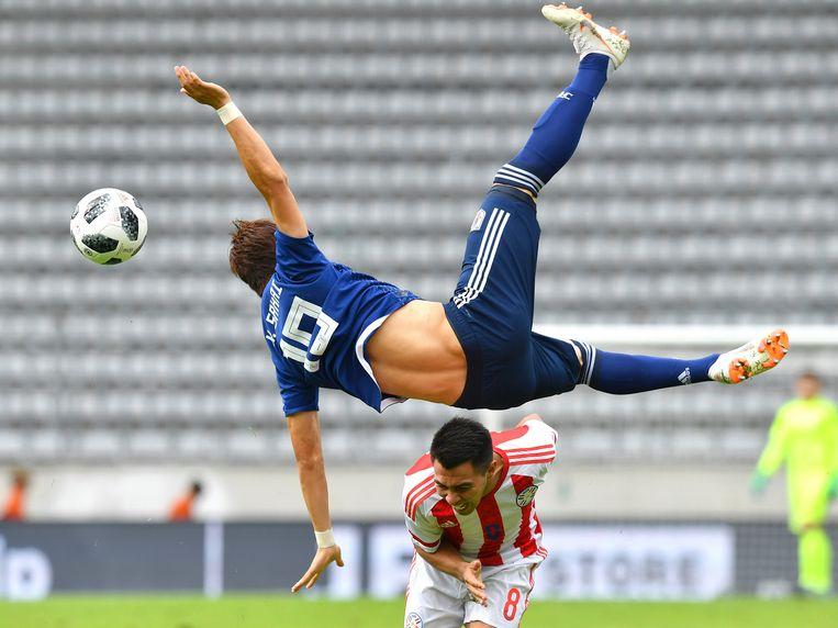 Shinji Kagawa in een acrobatische actie.