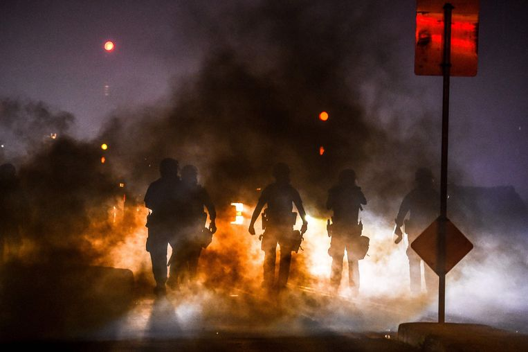 De politie zet traangas in om betogers uit elkaar te drijven tijdens een demonstratie in Minnesota.  Beeld AFP