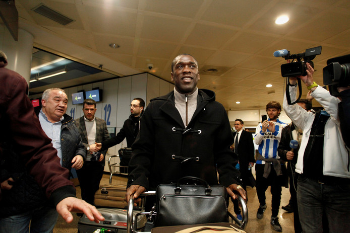 Clarence Seedorf komt aan op het vliegveld.