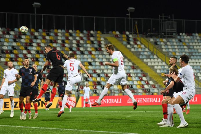 Harry Kane kopt, maar de bal gaat over het doel van Kroatië.