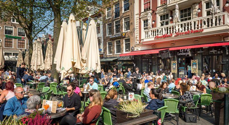 De terrassen zitten vol op het Leidseplein. Dit weekend werd Nederland getrakteerd op een heuse nazomer. ANP Beeld anp