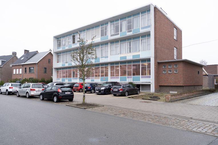 Het huidige gebouw van BuSo De Regenboog in de Kapelstraat. Op een aanpalend terrein plant de school de bouw van een bijkomende vleugel.