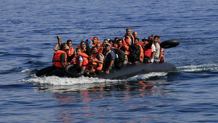 Migranten arriveren per rubber reddingsboot op het Griekse eiland Lesbos. Beeld epa