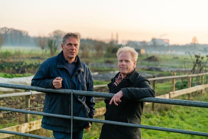 Dirk-Jan Stelling (links) en Bram Veldhuis van Boerderij Nieuw Bureveld samen op het land onder de rook van de Uithof.