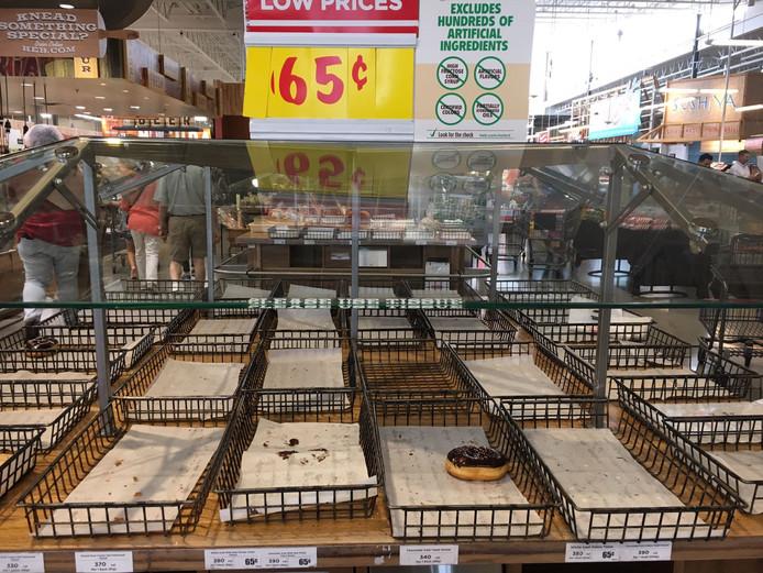 Lege schappen in de supermarkt.
