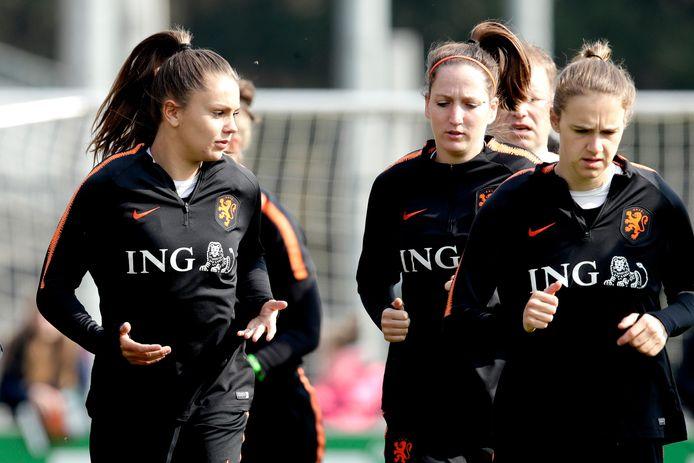 Ellen Jansen, in het midden, naast de sterren van Oranje Lieke Martens en Vivianne Miedema.