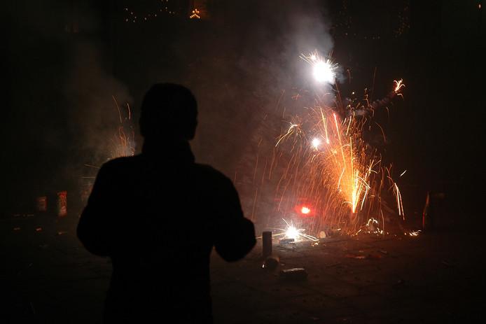 Vuurwerk afsteken tijdens de jaarwisseling, hier op archiefbeeld aan de Arnhemseweg in Apeldoorn.