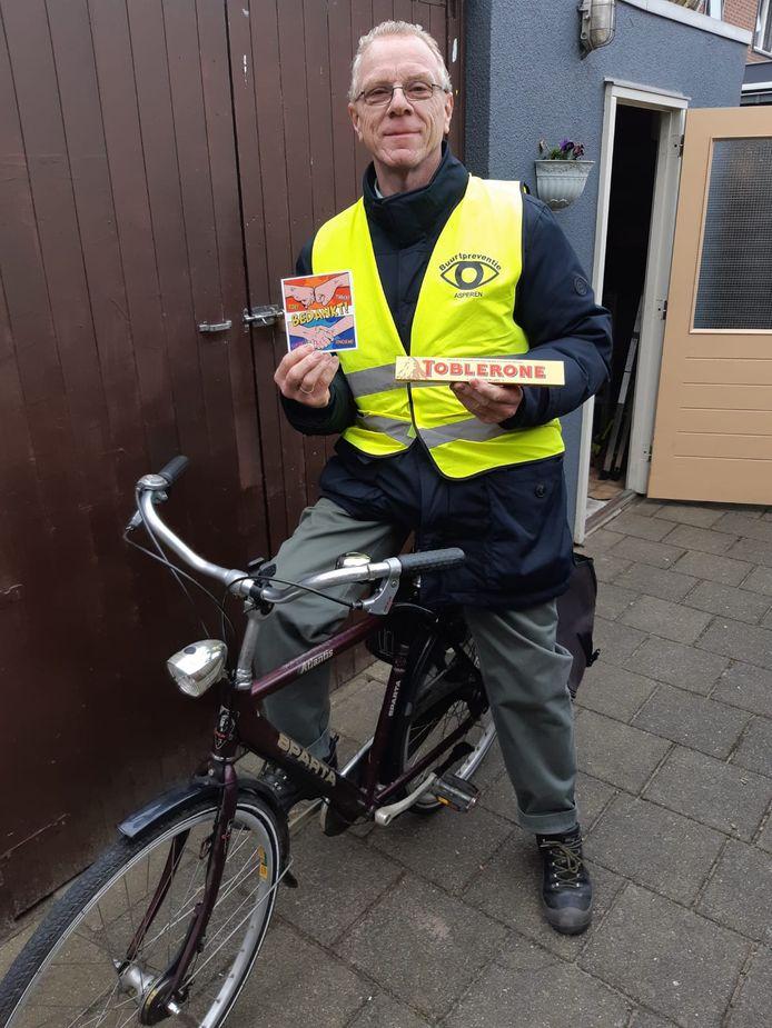Gert Pluimers ontving een bedankje van de burgemeester en de politiechef vanwege zijn vrijwillige bijdrage om Asperen veilig te houden.