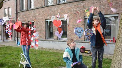 Gastvrij Beveren verwelkomt asielzoekers met slinger van hartjes