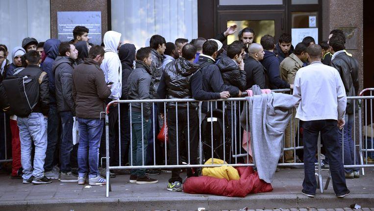 Archiefbeeld van een lange rij wachtenden voor de Dienst Vreemdelingenzaken vorige maand.