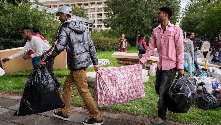 De groep uitgeprocedeerde asielzoekers onderweg van van de Vluchtopvang naar een gekraakt schoolgebouw aan de Zuidelijke Wandelweg nabij de RAI. Beeld Rink Hof