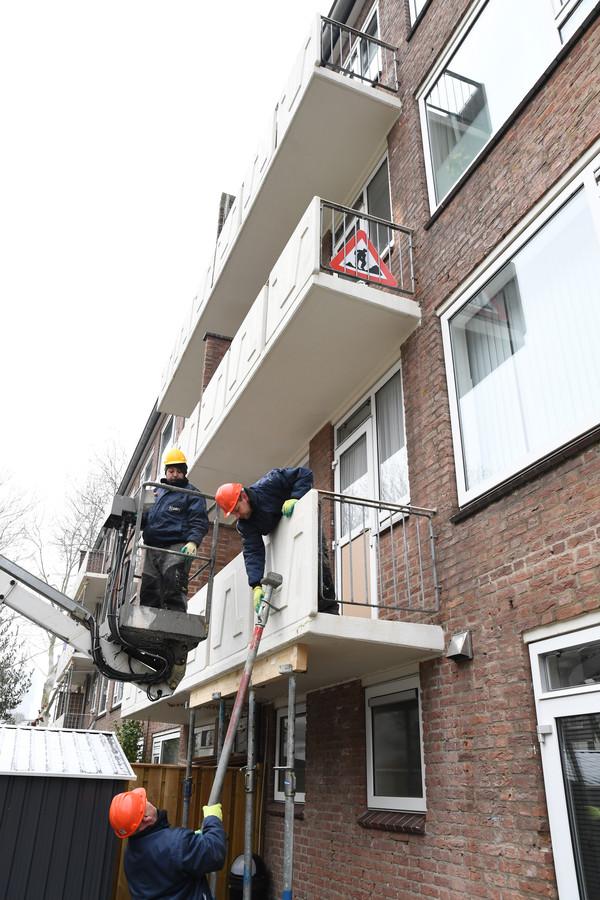 Aan het Planciusplein en aan de Columbusstraat in de wijk Heuvel in Breda werden vrijdag zestig balkons van na de oorlog gebouwde flats vanwege betonrot gestut.