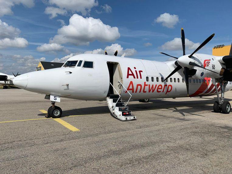 De Fokker 50 van Air Antwerp kreeg de kleuren rood-wit.