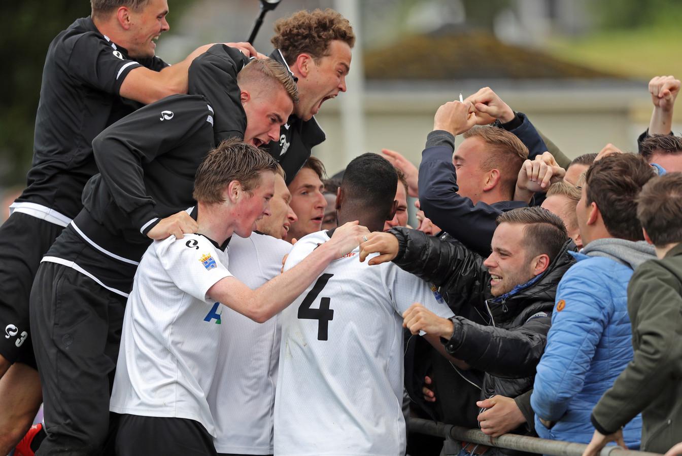 Dolle vreugde bij de spelers en supporters van NSVV, nadat de Numansdorpers in de verlenging op een 2-1 voorsprong komen tegen VVGZ.