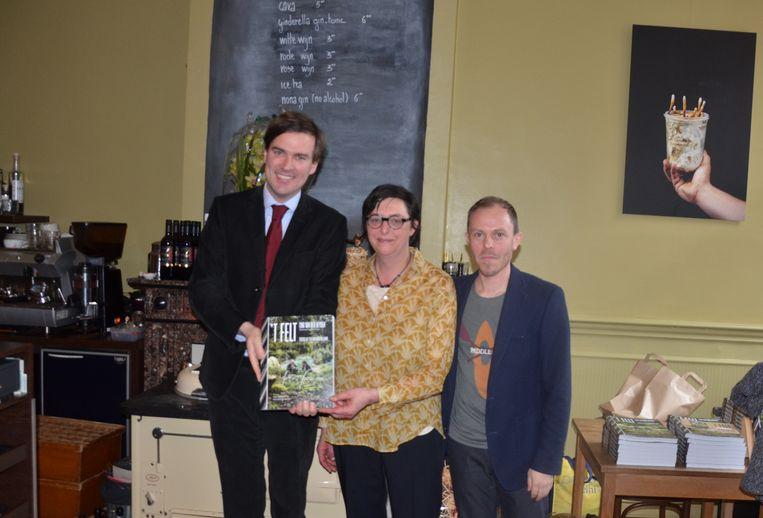 Burgemeester Mathias De Clercq, chef Tina  Van der Heyden en auteur Sam Paret bij de voorstelling van het boek.