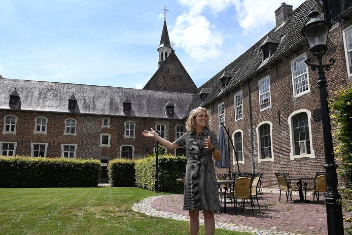 Klooster Elsendael in Boxmeer, waar na de zomer een PTSS-kliniek komt. Rinke de Bruin in de binnentuin.
