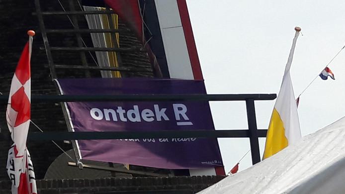 Molen De Hoop in Sprundel was gisteren versierd met Ontdek R-banieren vanwege de lancering van de website www.ontdekr.nl
