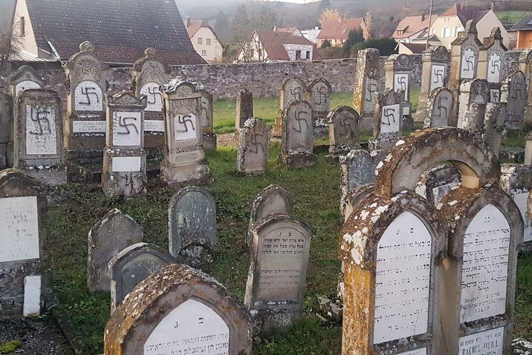 Op de Joodse begraafplaats werd een honderdtal grafzerken beklad.