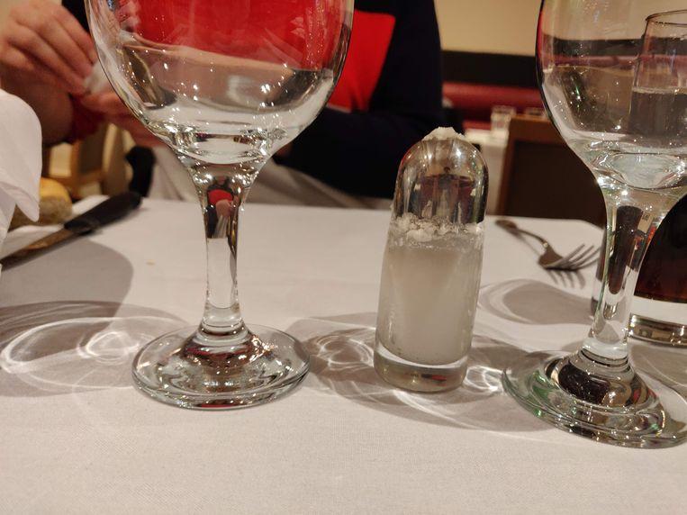 Het zoutvatje hangt vol met zout. Oprechte vraag: kunnen zoutvatjes niezen?
