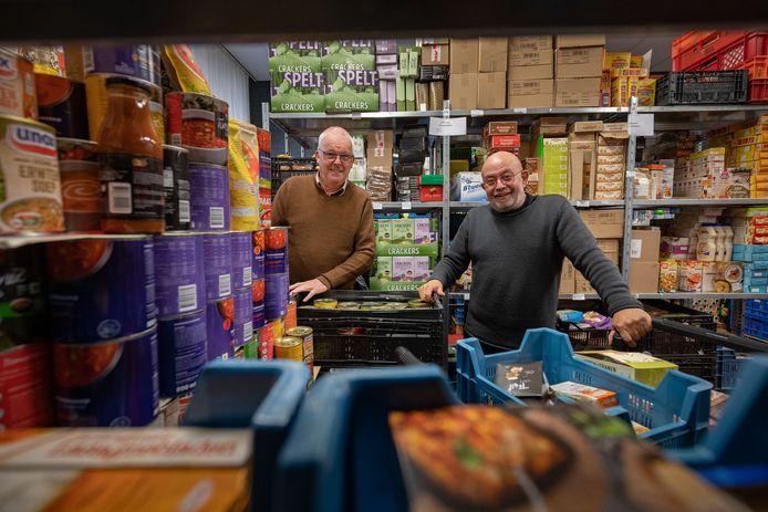 Voorzitter van de Voedselbank Harrie Ruigendijk (l) en Wim Fijn in de Voedselbank aan de Zandbergstraat. Voor de voedselbank wordt een nieuwe locatie gezocht, de voormalige basisschool maakt plaats voor nieuwbouw.