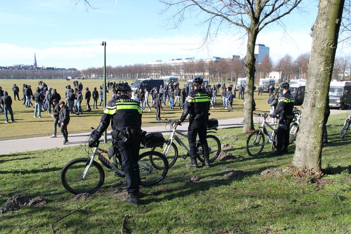 Tientallen voetbalsupporters hebben zich verzameld op het Malieveld in Den Haag.
