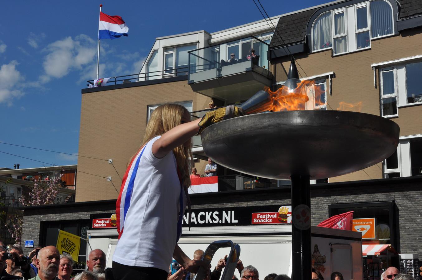 Het ontsteken van het bevrijdingsvuur op het Henri Dunantplein in Nijverdal.