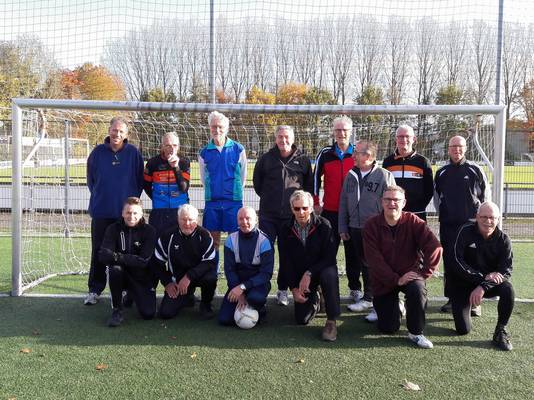 Het walking football-team van GVV'63 in Gameren. Linksvooraan buurtsportcoach Nick Linnenbank.